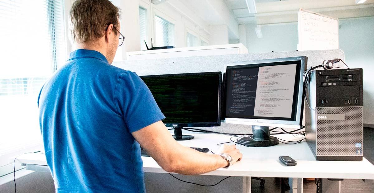 Sovelluskehittäjät henkilö tietokoneella